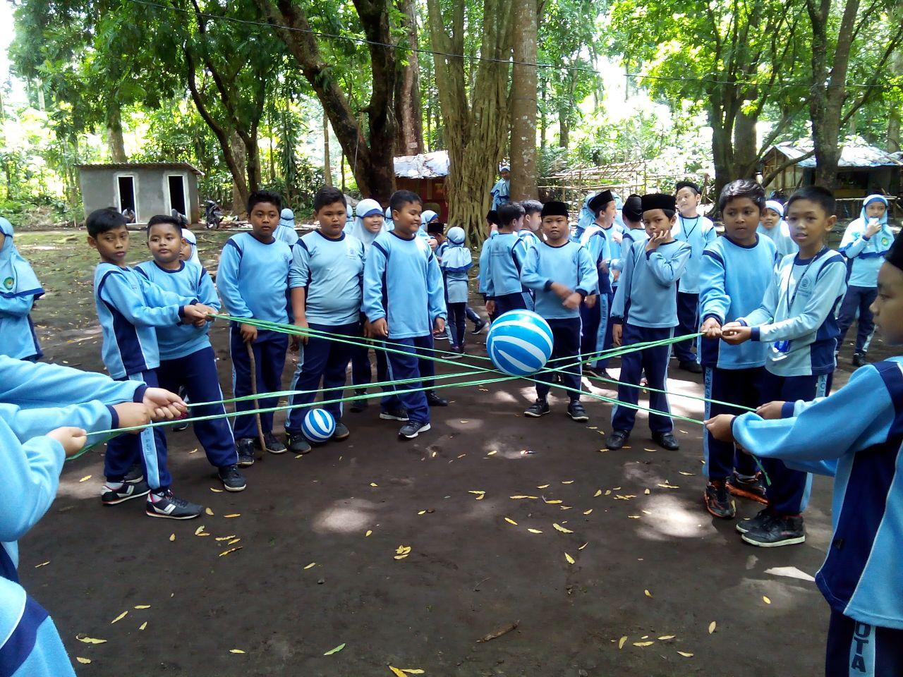 Siswa Kelas V Belajar Tumbuhan di Senjoyo