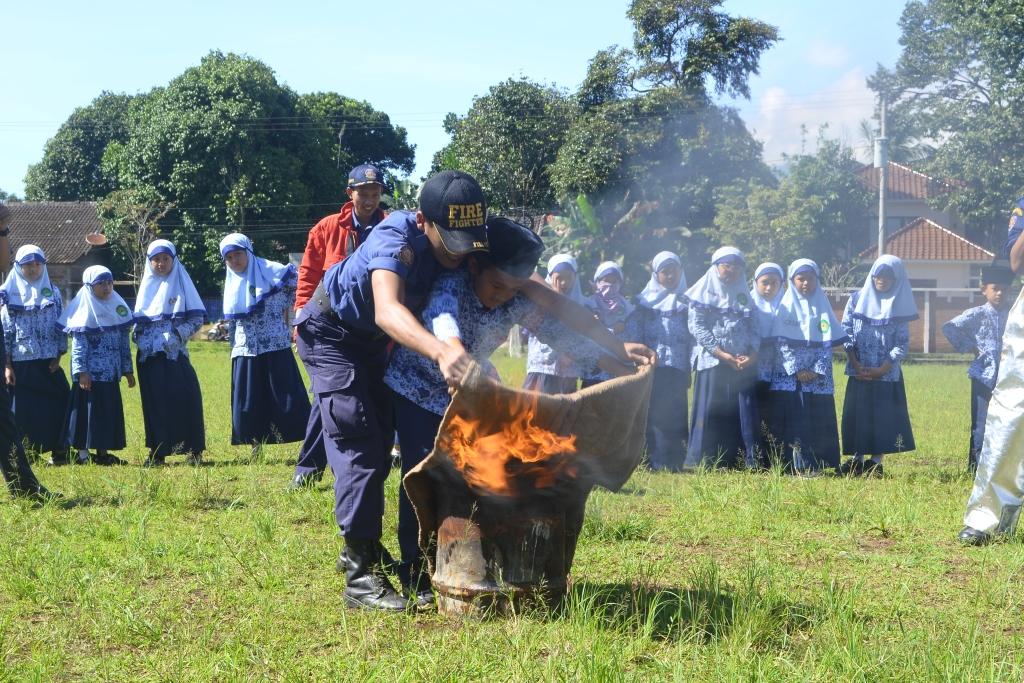 Siswa Kelas 3 Belajar Padamkan Api