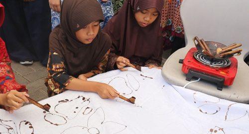 Peringati Hari Batik, Siswa SD Muhammadiyah Plus Salatiga Belajar Membatik